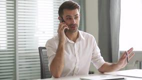 Homme d'affaires parlant sur le client de consultation de téléphone faisant l'appel dans le bureau banque de vidéos