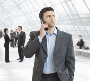 Homme d'affaires parlant sur le mobile Photos stock