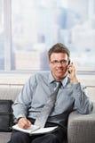 Homme d'affaires parlant sur le sourire de téléphone Images stock