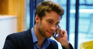 Homme d'affaires parlant sur le téléphone portable banque de vidéos