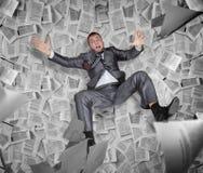 Homme d'affaires parmi la pile des papiers et des rapports photographie stock libre de droits