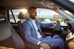 Homme d'affaires partant en voyage d'affaires en voiture Images stock