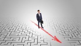 Homme d'affaires passant par le labyrinthe images libres de droits