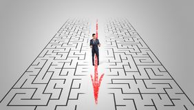 Homme d'affaires passant par le labyrinthe image stock
