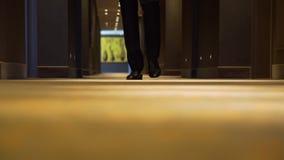 Homme d'affaires Passing par dans un couloir d'hôtel banque de vidéos