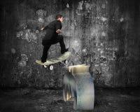 Homme d'affaires patinant sur la planche à roulettes d'argent à travers le symbole d'euro en métal Images libres de droits