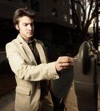 Homme d'affaires payant le mètre Photo libre de droits