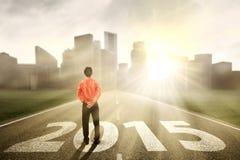 Homme d'affaires pensant à l'avenir sur la route Photographie stock