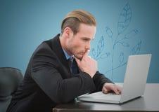 Homme d'affaires pensant à l'ordinateur portable sur le fond bleu avec le graphique bleu de feuille Photos libres de droits