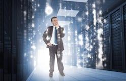 Homme d'affaires pensant au centre de traitement des données photographie stock libre de droits