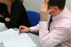 Homme d'affaires pensant au sujet sur le contact Photographie stock libre de droits