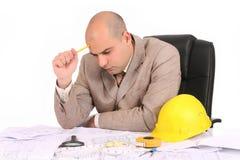 Homme d'affaires pensant avec des plans architecturaux Images libres de droits