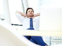 Homme d'affaires pensant dans le bureau Photos stock