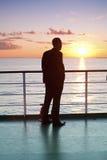 Homme d'affaires pensant et coucher du soleil rouge sur un bac Images libres de droits
