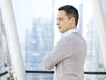 Homme d'affaires pensant par les fenêtres Photographie stock libre de droits