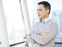 Homme d'affaires pensant par les fenêtres Photos libres de droits