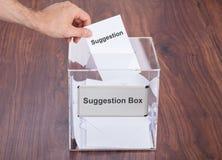 Homme d'affaires plaçant le glissement de suggestion dans la boîte image libre de droits