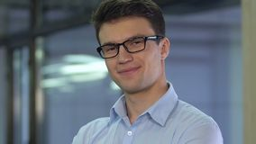 Homme d'affaires plein d'assurance regardant à la caméra, jeune politicien, nouvelle génération banque de vidéos