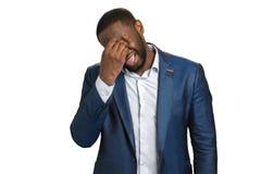 Homme d'affaires pleurant profondément déprimé photo stock