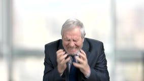 Homme d'affaires plus âgé fol, fond brouillé banque de vidéos