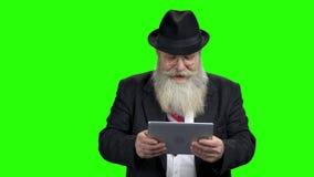 Homme d'affaires plus ?g? jouant le jeu sur le PC de comprim banque de vidéos