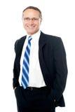 Homme d'affaires posant avec des mains dans des poches Image stock