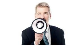 Homme d'affaires posant avec le corne de brume Photo libre de droits