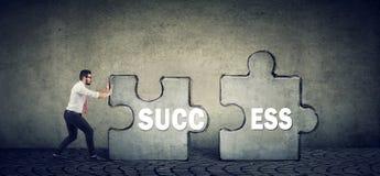 Homme d'affaires poussant des parties de puzzle de succès image stock