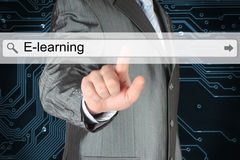 Homme d'affaires poussant la barre virtuelle de recherche avec le mot d'apprentissage en ligne Image stock