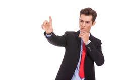 Homme d'affaires poussant le bouton digital imaginaire Images libres de droits