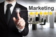 Homme d'affaires poussant le marketing de bouton Photographie stock