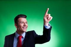 Homme d'affaires poussant les boutons digitaux imaginaires Photographie stock libre de droits