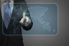 Homme d'affaires poussant sur la future icône d'écran tactile avec dans le monde entier Photo stock