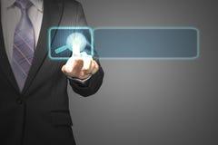 Homme d'affaires poussant sur le futur écran tactile avec l'icône i de loupe Images stock