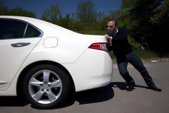 Homme d'affaires poussant un véhicule Photographie stock
