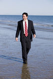 homme d'affaires près de la plage photographie stock