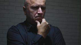 Homme d'affaires préoccupé Thinking et fabrication des gestes de main décevants images stock