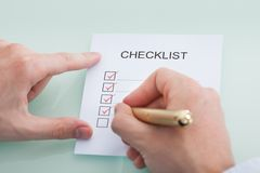 Homme d'affaires préparant la liste de contrôle Image libre de droits
