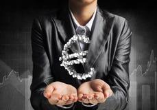 Homme d'affaires présent l'euro symbole Photos libres de droits