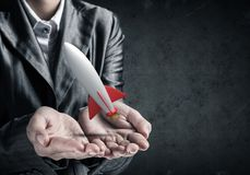 Homme d'affaires présent la fusée dans des mains Photographie stock