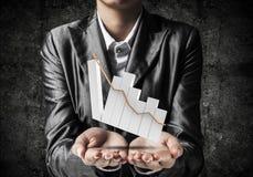 Homme d'affaires présent le graphique croissant Image stock