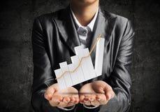 Homme d'affaires présent le graphique croissant Images stock