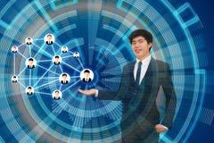 Homme d'affaires présent son plan d'action de son marketin de réseau Image libre de droits