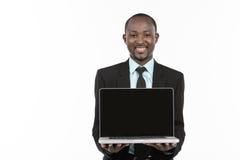 Homme d'affaires présent sur l'ordinateur portable photographie stock libre de droits
