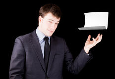Homme d'affaires présent une page de papier blanche avec la pièce pour le texte Photo libre de droits