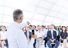 Homme d'affaires présentant l'exposé à ses collègues photographie stock libre de droits