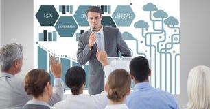 Homme d'affaires présentant l'exposé aux collègues avec des graphiques à l'arrière-plan Photo stock