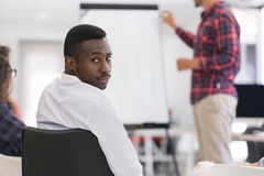 Homme d'affaires présentant un exposé à ses collègues au travail Image libre de droits