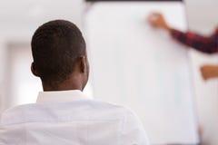 Homme d'affaires présentant un exposé à ses collègues au travail Photo stock