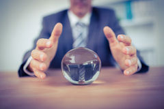 Homme d'affaires prévoyant une boule de cristal photos stock